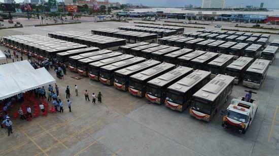 Une donation de 98 autobus Yutong au Cambodge donnée par la Chine